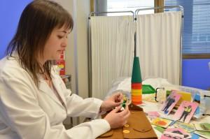 La Terapeuta ocupacional realiza actividades de atención temprana con niños como el retraso psicomotriz.